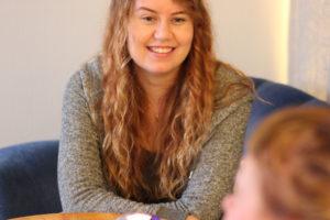 Picture of woman in conversation Kvinnobyrån