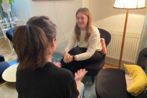 Bild på två kvinnor som samtalar vid Kvinnobyrån