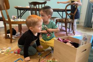 Bild på lekande barn på Kvinnobyrån