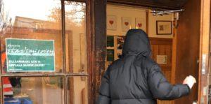 Bild på gäst vid dörren på Mikaelsgården