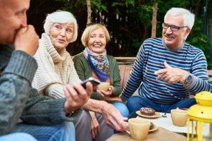 Bild på äldre som samtalar