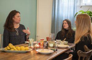 Bild på kvinnor vid matbord