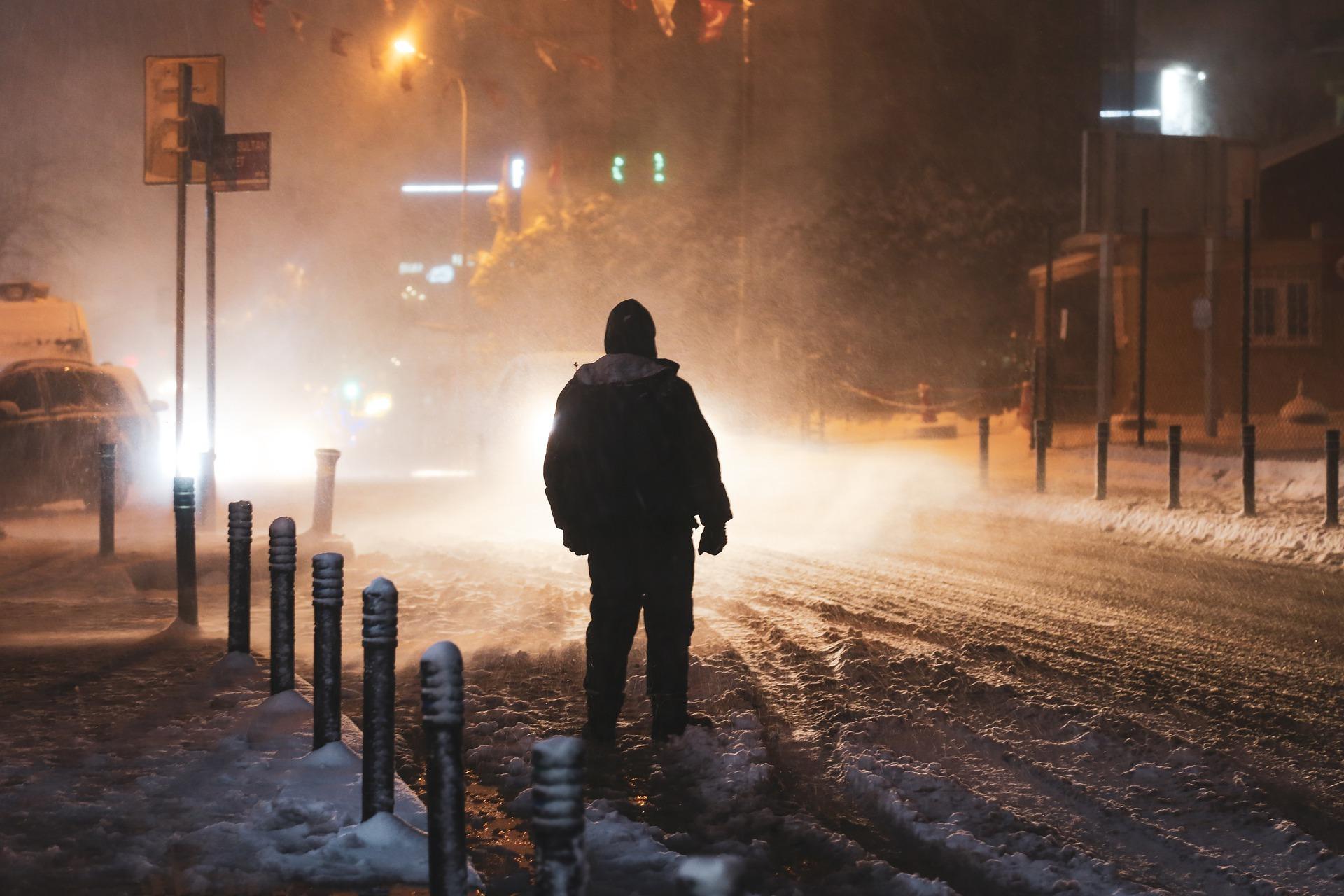 Bild på man ute i snö